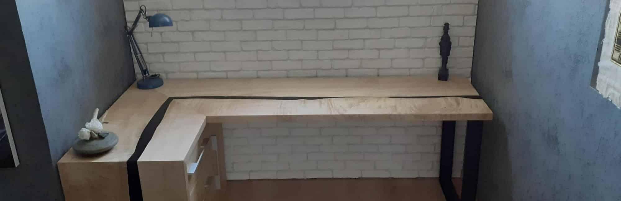 bureau en bois et résine époxy noire