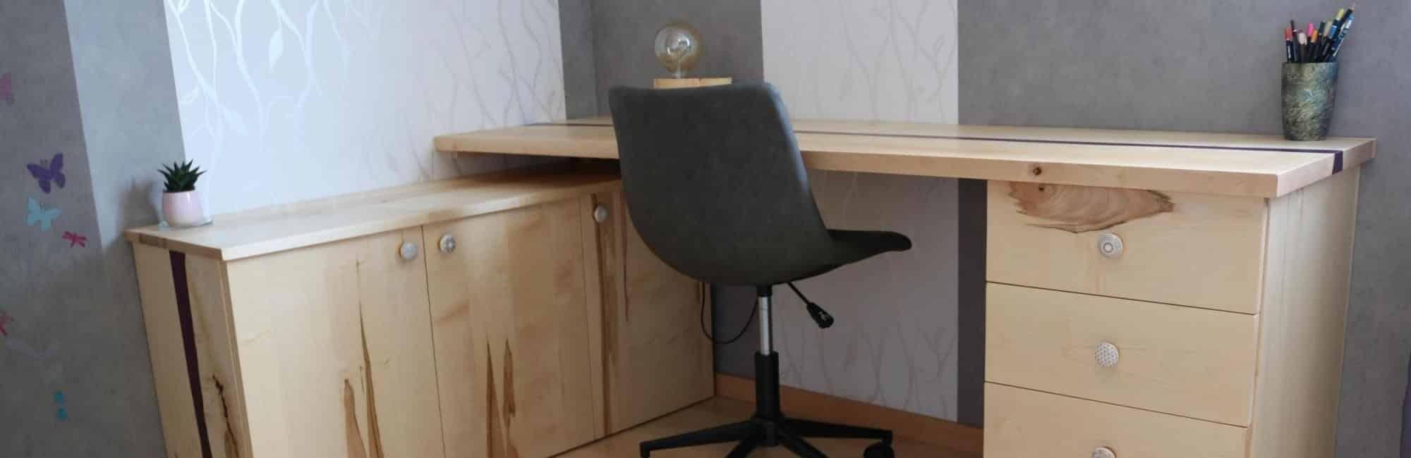 bureau en bois et résine époxy violette